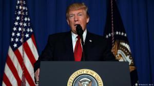 الرئيس الأمريكي دونالد ترامب خلال كلمة ألقاها بعد الضربة الصاروخية الأمريكية لقاعدة جوية تابعة لنظام الأسد في سوريا. Foto: Reuters