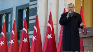 الرئيس التركي رجب طيب إردوغان خلال ألقائه كلمة في القصر الرئاسي في أنقرة في يوم 17 أبريل/نيسان 2017.  Foto: picture-alliance/abaca/B. Ege Gurun