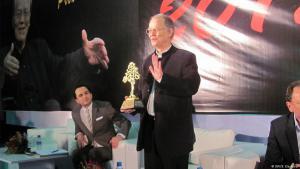 """منح """"بيت الشعر في المغرب"""" ضمن فعاليات الدورة الثانية والعشرون للمعرض الدولي للكتاب والنشر """"جائزة الأركانة العالمية للشعر"""" في دورتها العاشرة للشاعر الألماني فولكر براون."""