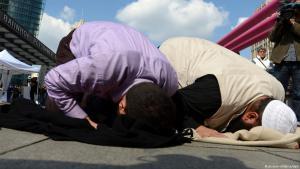 سلفيون يؤدون الصلاة في ساحة بوتسدام في قلب برلين. Foto: picture-alliance/dpa