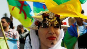 مظاهرة أمازيغية مغربية أمام البرلمان المغربي في الرباط في 23 نيسان / أبريل 2017 للتنديد بوفاة أحد الأفراد الأمازيغ خلال اشتباكات أخيرة في جامعة مراكش. (photo: Reuters/Stringer)