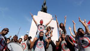 متظاهرون محتجون على مشروع قانون المصالحة الاقتصادية في 13 مايو/ أيار 2017. (photo: picture-alliance/ZUMA Wire/C. Mahjoub)