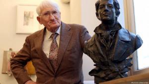 لفيلسوف الألماني يورغن هابرماس امام تمثال الكاتب هاينريش هاينه في مدينة دوسلدورف