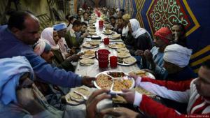 مائدة عامة لإفطار الناس في القاهرة.