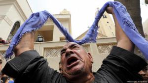 """(photo: Reuters/M. Abd el Ghany) قريب لأحد ضحايا الاعتداء الإرهابي الذي وقع أثناء حضور المؤمنين لقداس """"أحد الشعانين"""" في كنيسة مار جرجس"""