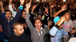 """تظاهر بضع مئات من الأشخاص في الحسيمة بشمال المغرب على التوالي لكن دون وقوع حوادث، وتجمع شبان في الساحة الكبرى بوسط المدينة وهم يهتفون """"دولة فاسدة"""" و""""كرامة"""" و""""كلنا زفزافي"""" في إشارة إلى زعيم الحراك الشعبي في شمال المغرب."""