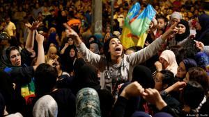""";  تظاهر آلاف المغاربة للتضامن مع ما بات يعرف باسم """"حراك الريف""""، الذي تفجر في مدينة الحسيمة بشمال البلاد، عقب مقتل بائع سمك سحقا داخل شاحنة للنفايات، عندما حاول استرجاع بضاعته المصادرة.Foto: Reuters/Youssef Boudlal"""