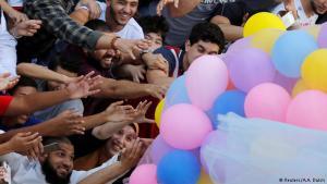 بالونات في مصر: احتفل بعض المصريين بعد صلاة العيد بإطلاق البالونات الملونة بالقرب من حديقة عامة، فتسابق الكبار و الصغار للحصول على واحدة و الإبتسامة تملأ وجوههم.