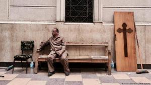 مواطن مصري يجلس في كنيسة في طنطا بعد العملية الارهابية التي قامن بها داعش (picture-alliance/dpa/AP)