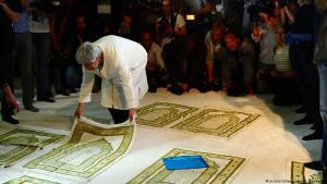 سيران أطيش، المؤسِّسة المشاركة لمسجد ابن رشد-غوته في برلين، تضع سجادة صلاة على الأرض خلال افتتاح المسجد رسمياً في تاريخ: 16 / 06 / 2017. (photo: picture-alliance/dpa/M. Gambarini)