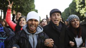 تاركون للجامعات وعاطلون عن العمل في تونس احتجاجا على بؤس سوق العمل في بلدهم. Foto: Reuters/Zoubeir Souissi