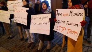 مسلمون ويهود يشاركون في احتجاج ضد ترامب في برلين، فبراير 2017. (photo: Salaam-Shalom Initiative)