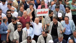 """كمال كيليتشدار أوغلو يحمل لافتة مكتوب عليها بالتركية """"عدالة"""" خلال """"مسيرة العدالة"""". Foto: Reuters"""