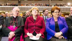 المستشارة الألمانية انغيلا ميركل مع ممثلي الكنائس الألمانية