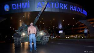 دبابات في المطار: صورة مشابهة في مطار أتاتورك في اسطنبول: الدبابات تقدمت. وانفع الانقلابيون باتجاه برج المطار وأوقفوا حركة الطيران. عدد قليل من المدنيين يقفون بوجه الانقلابيين.