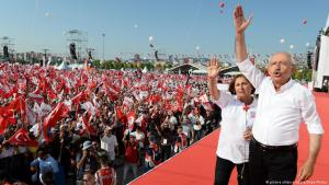 """كمال كيليتشدار أوغلو في إطار """"مسيرة العدالة"""" المعارضة 2017 في تركيا. Foto: picture-alliance/abaca"""