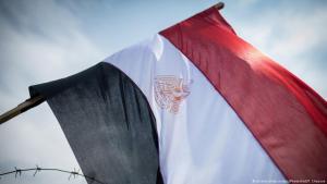 العلم الوطني المصري وراء أسلاك شائكة قرب المحكمة الدستورية في القاهرة. Foto: picture-alliance/dpa