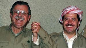 1987 الوحدة القلقة: جلال طالباني (يسار) ومسعود برزاني (يمين)، نجل مصطفي برزاني، يعلنان عن تأسيس الجبهة الكردستانية، التي تعرضت فيما بعد إلى هزات عنيفة وشهدت حربا بين الزعيمين وحزبيهما.
