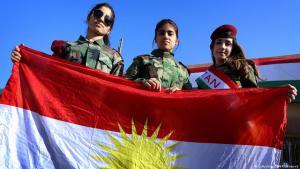 فتيات يرفعن علم كردستان في يوم العلم بعاصمة الإقليم أربيل، في العراق، 17 / 12 / 2014. (photo: Safin Hamed/AFP/Getty Images)
