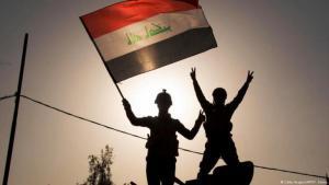 (photo: Getty Images/AFP/F. Senna)العراق...جنديان عراقيان مع العلم العرافي في مدينة الموصل
