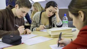 العديد من المنظمات والجهات الحكومية تساعد اللاجئين الراغبين بإكمال تعليمهم الجامعي
