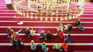 زوار يوم المسجد المفتوح في مدينة دويسبورغ الألمانية. (Foto: dpa)