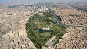 بعد عشرين عاما من إنشائها، انتهت الأعمال فيها في عام 2004، وافتتحت رسميا في عام 2005. وقدم الآغا خان نحو 30 مليون دولار (25.5 مليون يورو) لإنشاء الحديقة. كانت بمثابة هدية لشعب القاهرة إحياءً لذكرى تأسيس المدينة من قبل أسلافه الفاطميين.