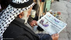 فلسطيني يقرأ صحيفة في مدينة الخليل بالضفة الغربية. Foto: picture alliance