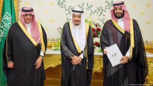 """ولي العهد السعودي السابق الأمير محمد بن نايف، والملك سلمان ومحمد بن سلمان (يمين) يقدّمون مشروع  الإصلاح """"رؤية 2030"""" في أبريل/ نيسان 2016. Foto: Reuters"""