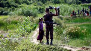 جنود الحدود في بنغلاديش يمنعون فتيات الروهينجا من عبور الحدود إلى بنغلاديش. Foto: Reuters/M. Ponir Hossain