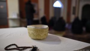 صورة رمزية لمسبحة إسلامية وقبعة للصلاة. Foto: Getty Images/AFP