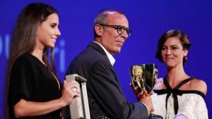 الممثل المسرحي الفلسطيني كامل الباشا خلال تسلمه لجائزة أفضل ممثل في مهرجان البندقية الصورة مهرجان البندقية