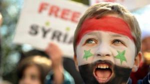 """طفل سوري حاملا علم الثورة السورية...ثورات الربيع العربي...""""إن الإنسان لا يرث الكرامة ولا المهانة، بل يصنعها بنفسه"""""""