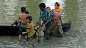 """أكثر الشعوب تعرضاً للاضطهاد: صنفت الأمم المتحدة الروهنجيا بأنها """"الأقلية الأكثرتعرضاً للاضطهاد في العالم"""".وتدعي ميانمار أنهم هاجروا من بنغلادش إبان الحكم الاستعماري البريطاني.فيما تُصر بنغلاديش من جانبها على أن الروهينجا ينتمون إلى ميانمار."""