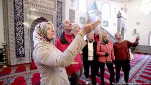 معظم المساجد تقدم جولات في هذا اليوم، وتظهر الصورة إحدى تلك الجولات في مسجد في بلدة هورت التابعة لمدينة كولونيا، حيث يتلقى الزوار معلومات عن العمارة والتاريخ والحياة اليومية في المساجد التي تعتبر أهم ملتقيات الجاليات الإسلامية في ألمانيا.
