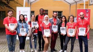صور للمشاركين والمشاركات في المكتبة الحية في شتوتغارت. الصورة: ايفا