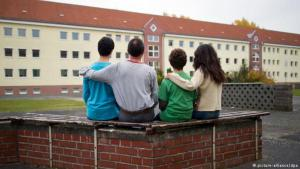 لاجئون سوريون في ألمانيا أمام مركز إيواء Foto: picture-alliance/dpa