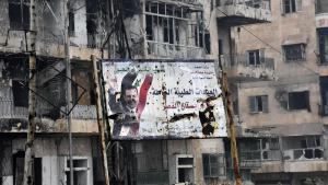 صورة رئيس النظام السوري في شرق حلب السورية المدمر. Foto: George Ourfalian/AFP
