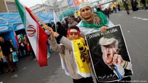 (photo: Getty Images/AFP/A. Kenare) سيدة إيرانية تحمل صورة كاريكاتيرية لدونالد ترمب خلال الاحتفالات بذكرى الثورة الايرانية في فبراير 2017