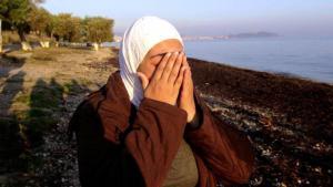 لاجئة تضع يدها على وجهها. المصدر: دويتشه فيله