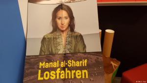 الغلاف الألماني لكتاب Losfahren للكاتبة والناشطة السعودية منال الشريف في معرض فرانكفورت الدولي للكتاب 2017 بألمانيا