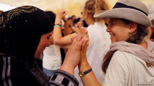 (photo: Reuters/R. Zvulun) سيدة فلسطينية تسير مع سيدة اسرائلية يدا بيد خلال مظاهرة دعما للسلام