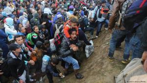 حين كان طريق البلقان لا يزال مفتوحاً أمام اللاجئين: لاجئون على الحدود الصربية الكرواتية.  (25.9.2015)