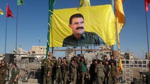 """وحدات من """"قوات سوريا الديمقراطية"""" أمام صورة أوجلان بعد سيطرتها على الرقة في 19 أكتوبر/ تشرين الأول 2017. Foto: AFP/Getty Images"""