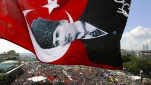 راية تركيا وصورة أتاتورك في ساحة تقسيم في تركيا. Foto: Reuters