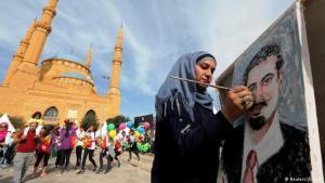 سعد الحريري في بيروت ..شابة ترسم بورتريه له الصورة رويترز