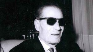 """طه حسين (15 نوفمبر 1889 – 28 أكتوبر 1973)، هو أحد أشهر الكتاب والمفكرين المصريين في القرن العشرين، ومن أبرز رموز حركة النهضة والحداثة المصرية في الشرق الأوسط وشمال أفريقيا. اشتهر """"بعميد الأدب العربي""""."""