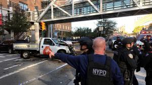 الشرطة في مدينة نيويورك بعد هجوم إرهابي إسلاموي: ضابط من شرطة نيويورك يقوم بتأمين جسر للمشاة عند مدرسة ثانوية. Foto: AP