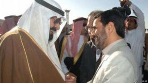 أبلغت السعودية مبعوثا إيرانيا في يناير كانون الثاني عام 2007 أن إيران تعرض منطقة الخليج للخطر وذلك في إشارة للصراع بين للجمهورية الاسلامية والولايات المتحدة حول العراق وعلى البرنامج النووي الايراني. بعدها وتحديدا في شهر آذار/ مارس من نفس العام قام الرئيس الإيراني محمود أحمدي نجاد بزيارة للرياض لتهدئة الأوضاع بين البلدين.