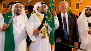 ترامب أثناء زيارته للملك سلمان في السعودية